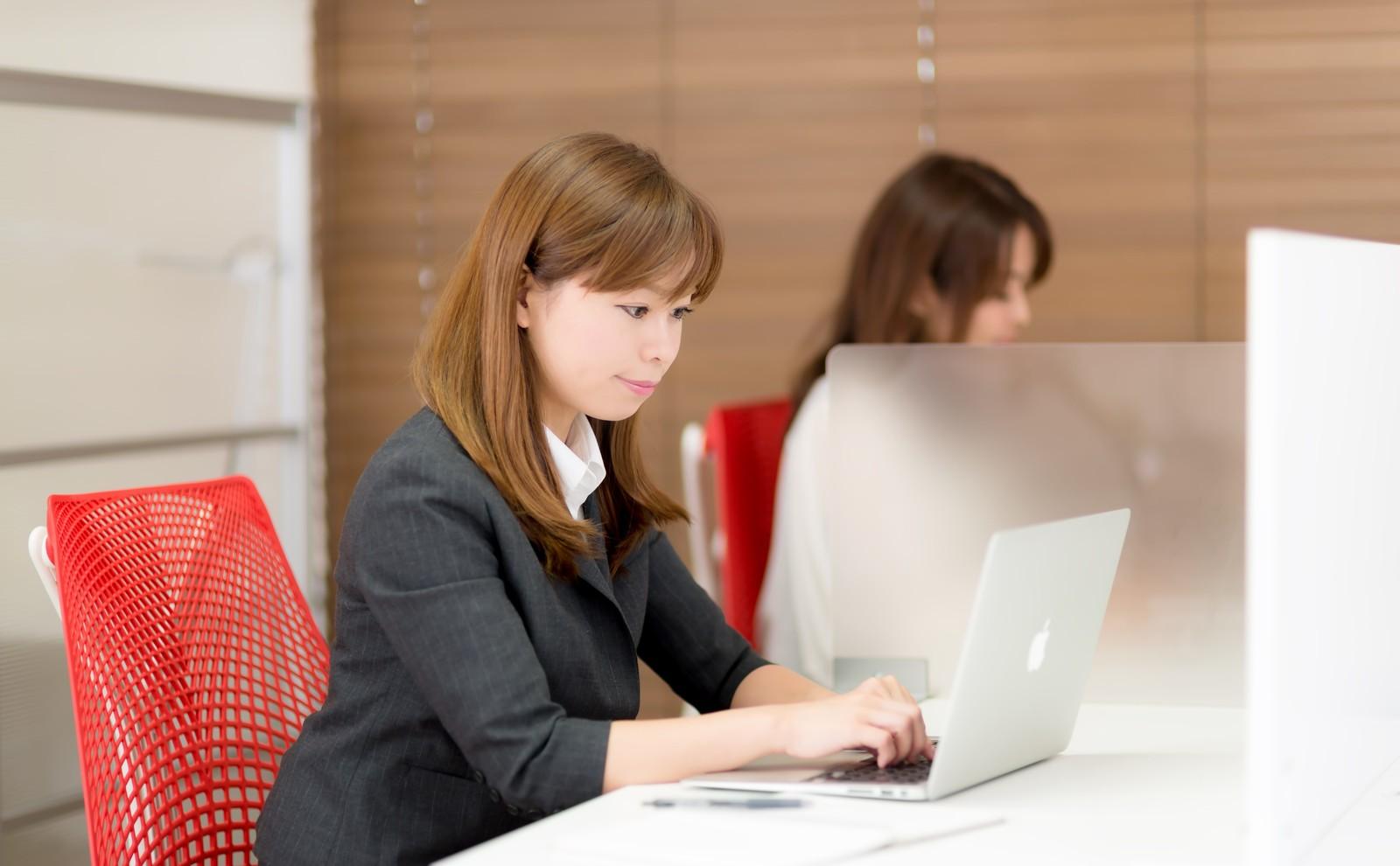 仕事に打ち込む女性