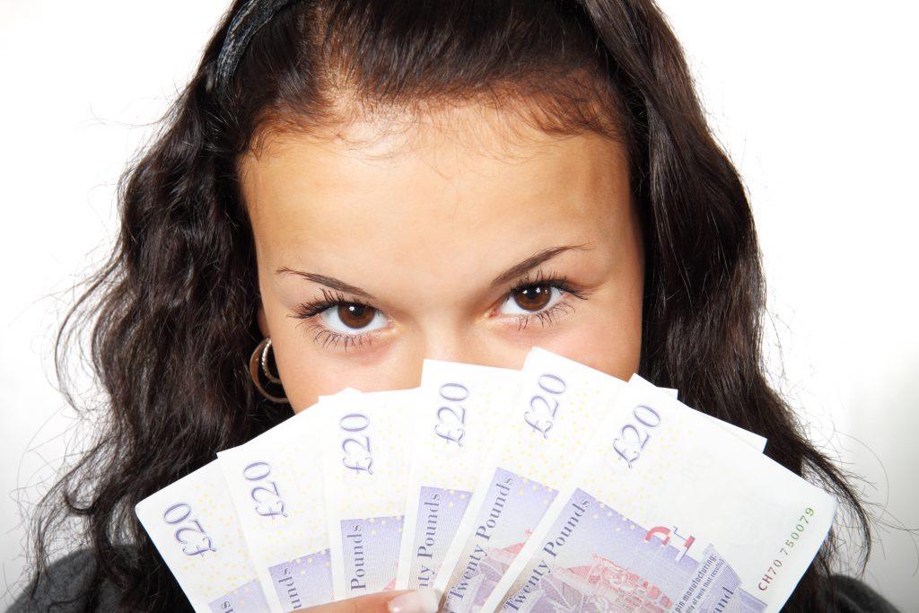 自分磨きにお金をかけすぎる女性