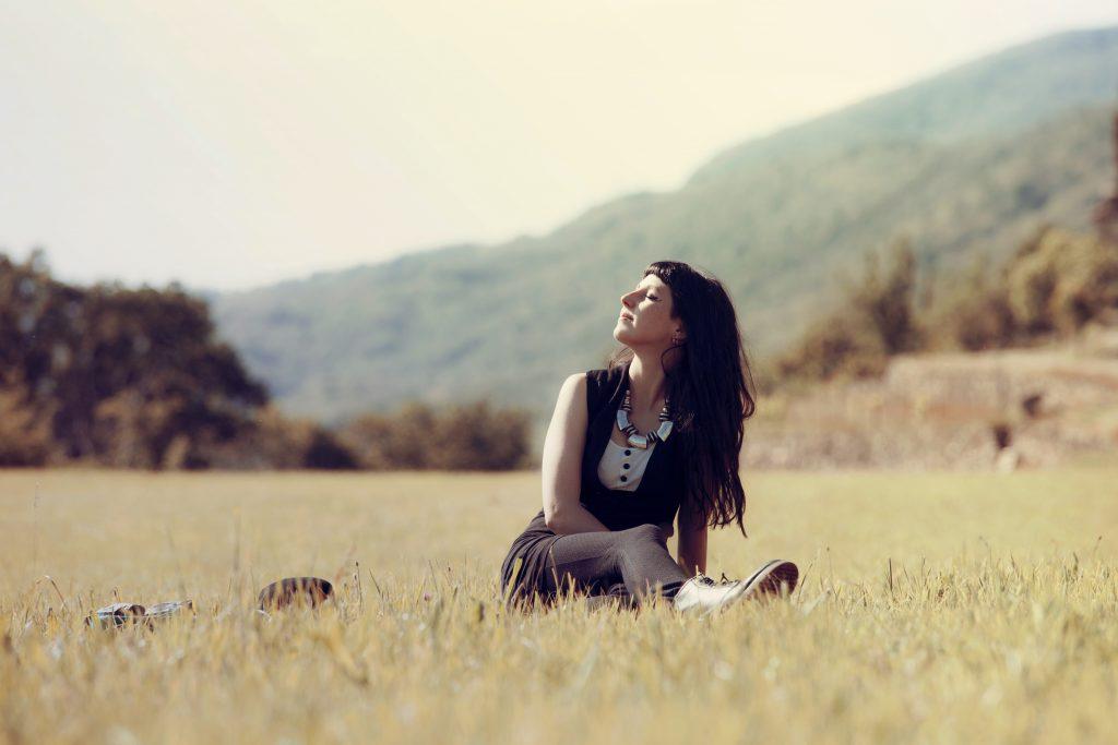 リラックスして自然体で過ごす女性