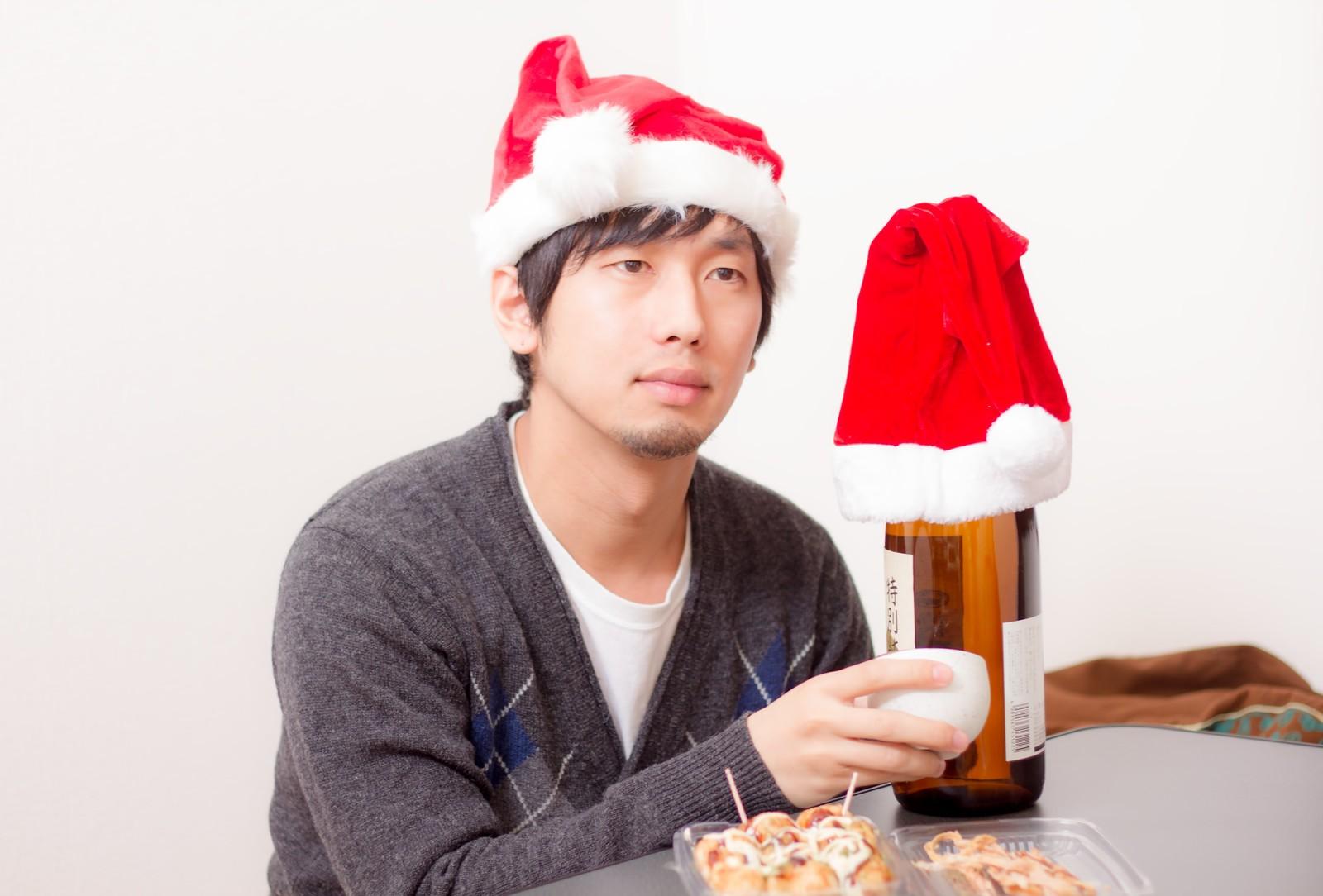 クリスマスに一人で寂しい男性