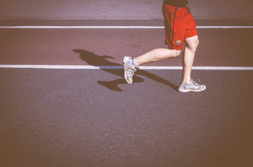 体型維持のためにトレーニングする男性