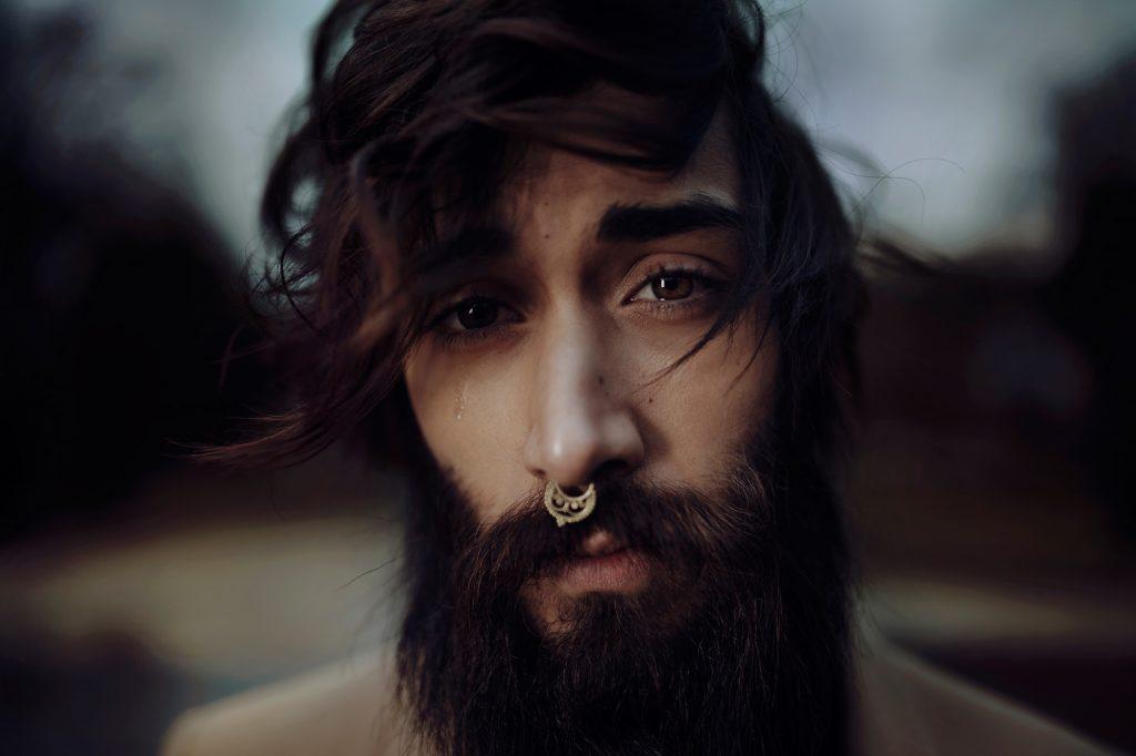 毛がボーボーで清潔感のない男性