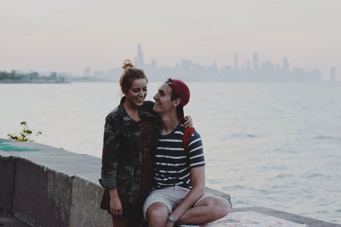 彼氏が「結婚したい」と思っているときに発するサインは、二人の将来の話をしてくること