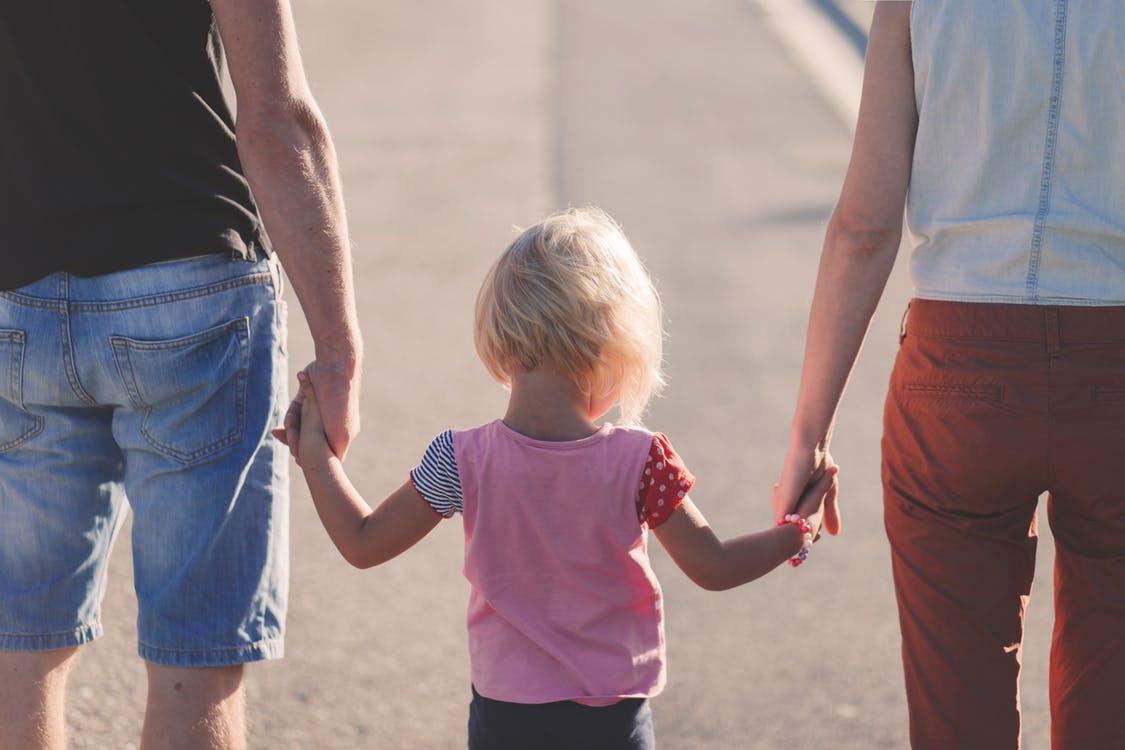 彼氏が「彼女と結婚したい」と思うきっかけは幸せそうな子連れ家族を見たとき