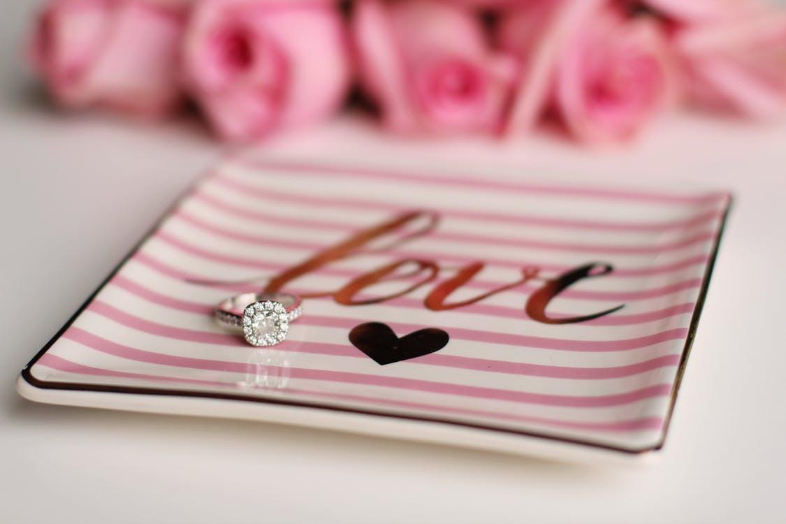 彼氏に「結婚したい」と思わせる方法は、自分からプロポーズすること